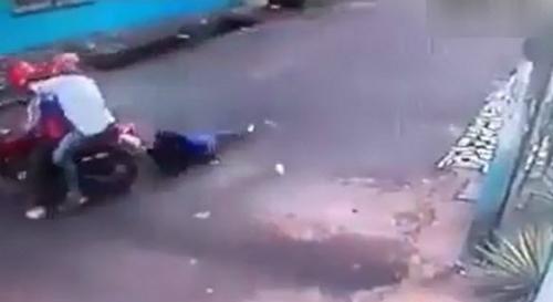 Cô gái giằng co với tên cướp vì bị giật túi xách - của đi thay người