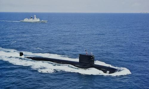 Tàu ngầm, tàu khu trục tên lửa Trung Quốc đi trên Biển Đông tới eo biển Malacca. Ảnh: Sina.