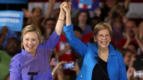 Bà Clinton nắm tay bà Warren tại sự kiện ở Cicinatti. Ảnh: