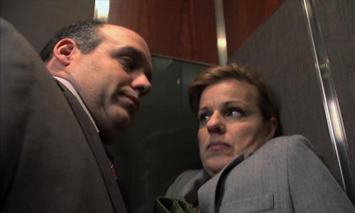 Cô gái choáng ngợp vì sự áp sát của người đàn ông trong thang máy - Cô gái choáng ngợp, người đàn ông trong thang máy