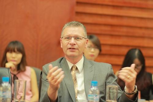 Ông Robert Robertson  Trưởng khoa Khoa học máy tính và Hệ thống thông tin trong buổi nói chuyện với đại diện Tập đoàn FPT.