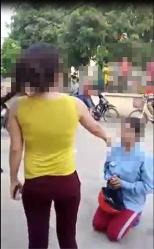 Người phụ nữ bị bắt quỳ lạy, cắt tóc, lột đồ giữa phố vì nghi quỵt nợ, đặt điều - quy lay tren pho