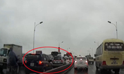 4 taxi đi ngược chiều trên cầu Vĩnh Tuy gây tắc nghẽn