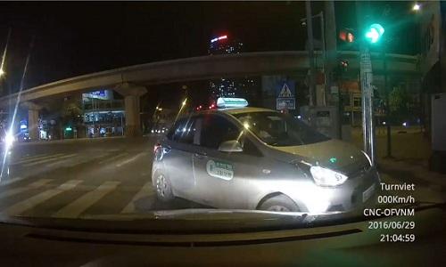 oto-khong-nhuong-duong-taxi-nguoc-chieu-leo-via-he-thoat-than-1