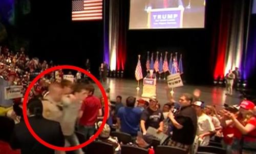 Michael Sandford bị bắt khi tìm cách rút súng từ bao súng của một cảnh sát với ý đồ bắn ông Donald Trump. Ảnh: Mirror.
