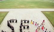 Sinh viên chụp ảnh phản cảm trước Hoàng thành Thăng Long