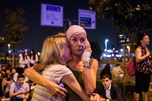 Hành khách bị sốc trước vụ tấn công khủng bố ở sân bay Ataturk. Ảnh: AFP