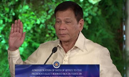 Tổng thống Philippines Rodrigo Duterte tuyên thệ nhậm chức. Ảnh: AFP.