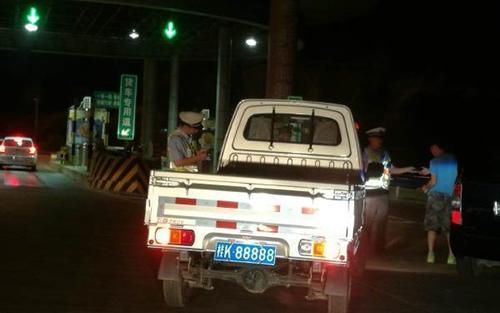 ảnh sát giao thông đã chặn xe của 8 lần vì nghi ngờ biển số trên là giả.