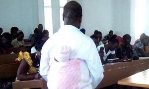 Giáo sư vừa địu con hộ sinh viên vừa giảng bài