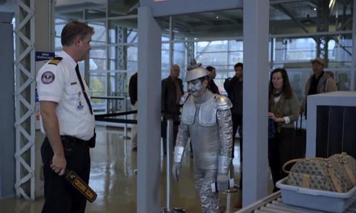 An ninh sân bay báo động vì trang phục của hành khách - An ninh sân bay