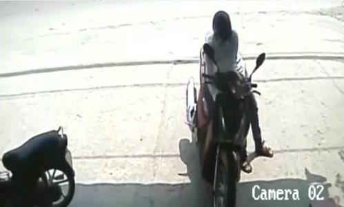 Nam thanh niên bẻ khóa SH sau lưng chủ xe - chủ xe