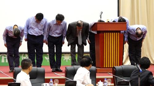 Ông Trần Nguyên Thành - Chủ tịch Hội đồng quản trị Formosa (áo đen) cùng 6 đại diện khác cúi đầu xin lỗi Chính phủ và nhân dân Việt Nam.