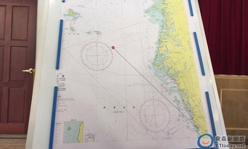 Hải quân Đài Loan đưa ra bản đồ vụ phóng nhầm tên lửa. Bên phải là Đài Loan, chấm đỏ là vị trí tàu cá bị trúng tên lửa. Ảnh: CNA.