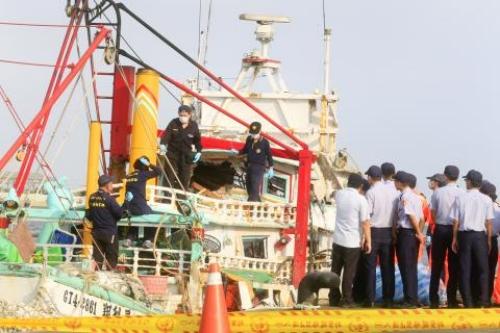 Các nhà điều tra ở Cao Hùng thu thập bằng chứng trên tàu cá trúng tên lửa. Ảnh: CNA