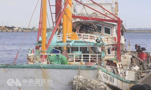 Tàu cá Đài Loan trúng tên lửa của hải quân. Ảnh: CNA.