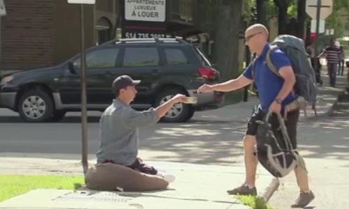 Nhiều người bị gã ăn xin lợi dụng lòng tốt ngay trên phố - ăn xin lợi dụng, lợi dụng lòng tốt