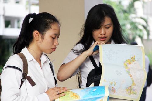 Thí sinh TP HCM đọc Atlat Địa lý Việt Nam trước giờ thi môn Địa. Ảnh: Mạnh Tùng