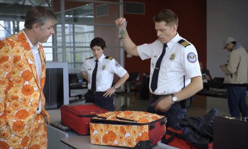 Người đàn ông từ chối nhận hành lý tại sân bay - hành lý tại sân bay