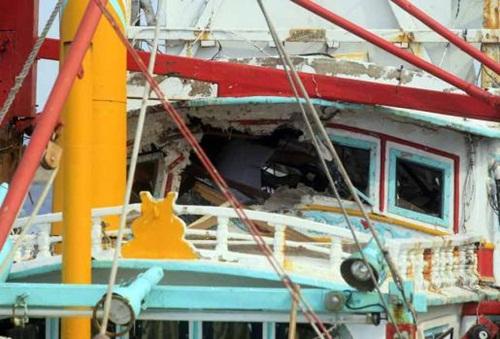 Tàu cá bị tên lửa xuyên thủng ở eo biển Đài Loan. Ảnh: AFP