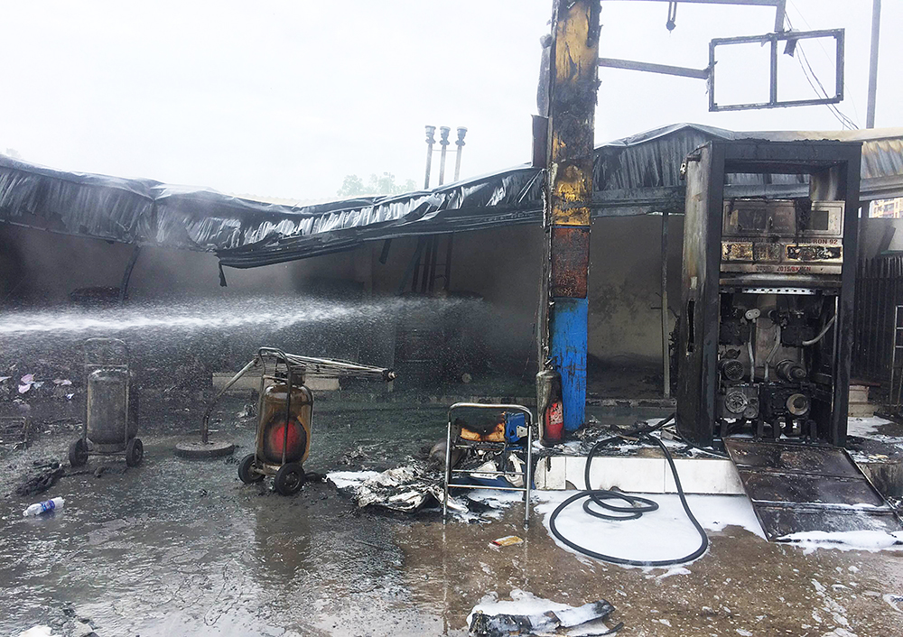 Massive fire engulfs petrol station in Hanoi