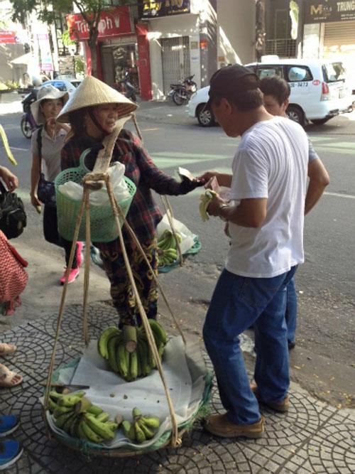 du khách Trung Quốc quấy rối chị bán chuối