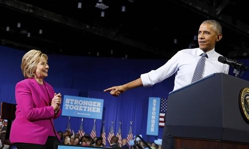 Tổng thống Mỹ Barack Obama và bà Hillary Clinton, ứng viên đảng Dân chủ, tại sự kiện vận động ở thành phố Charlotte, bang North Carolina, ngày 5/7. Ảnh: Reuters.