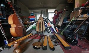 Cụ ông 65 tuổi chế tạo 1.200 nhạc cụ từ rác