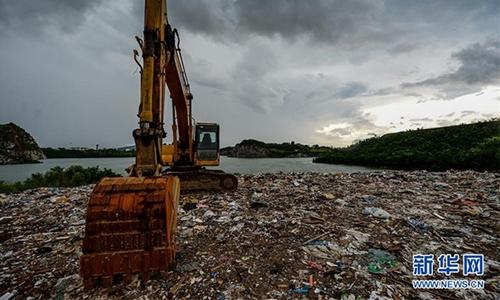 Hàng nghìn tấn rác bị xả xuống Thái hồ, biến thành đảo tại điểm du lịch nổi tiếng. Ảnh: Xinhua.