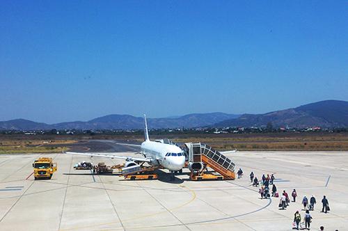 Du khách chuẩn bị xuất phát tại một chuyến bay tại Sân bay quốc tế Liên Khương. Ảnh: Khánh hương