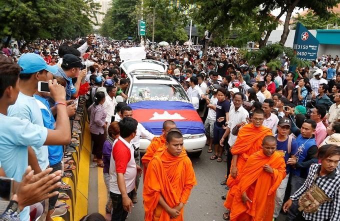 Hàng nghìn người tiễn đưa nhà bình luận đối lập Campuchia bị bắn chết