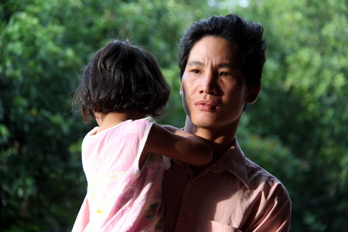 Sau khi biết được con mình bị trao nhầm tâm lý anh Kiên bất ổn vì lo lắng. Ảnh: Phước Tuấn