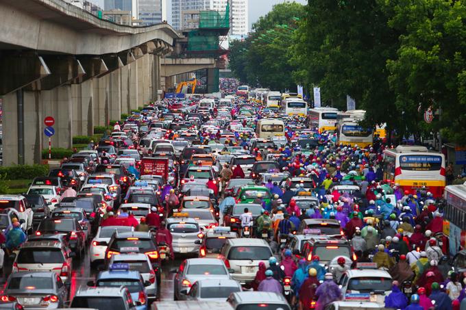 Nhiều tuyến đường Hà Nội ùn tắc trong mưa lớn