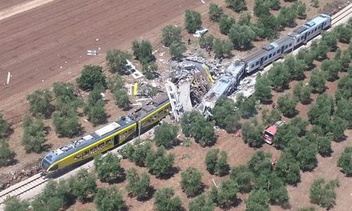 Hiện trường vụ hai tàu hỏa chở khách đấu đầu ở Italy ngày 12/7. Ảnh: Reuters.