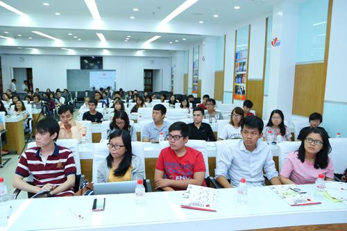 Các bạn trẻ chăm chú lắng nghe những chia sẻ thú vị đến từ hai vị diễn giả trong buổi hội thảo nghề Marketing.