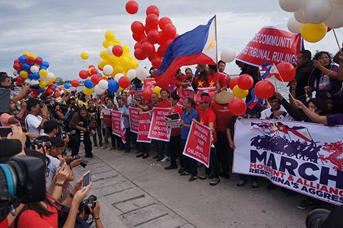 Cộng đồng người Việt Nam tại Philippinestổ chức thả hoa, bóng bay cầu nguyện cho hoà bình cho Biển Đông.Ảnh:CTV