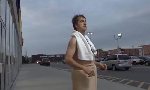 Người đàn ông hốt hoảng khi thấy mình trên phố
