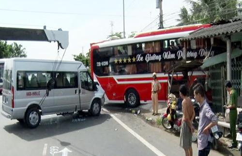 oto-giuong-nam-lao-thang-vao-nha-dan-1