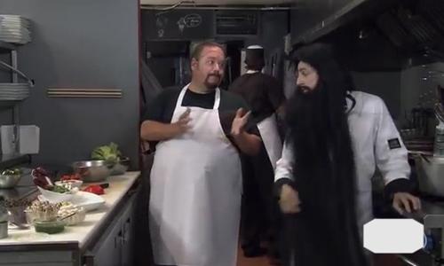 Anh chàng gặp khó vì râu tóc rậm rạp khi làm bếp - râu tóc rậm rạp, làm bếp
