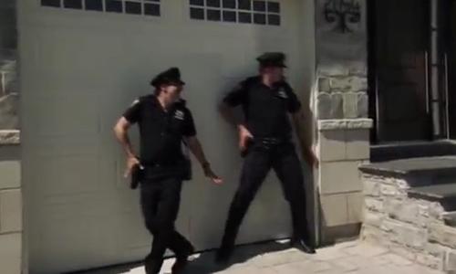 Khi cảnh sát cùng nhau trêu bà lão - cảnh sát trêu người