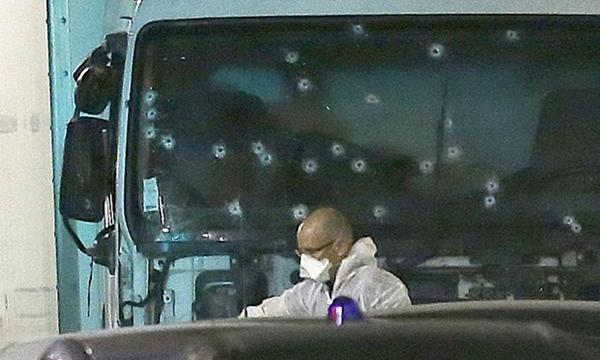 Cận cảnh chiếc xe tải mà kẻ tấn công lao vào đám đông. Cảnh sát đang điều tra xem liệu y hành động một mình hay có đồng bọn. Ảnh: AP