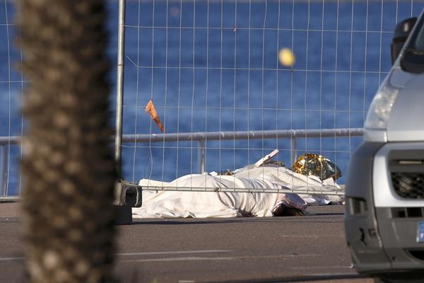 Thi thể một nạn nhân trong vụ đâm xe tối 14/7 ở Nice, Pháp. Ảnh: Reuters.