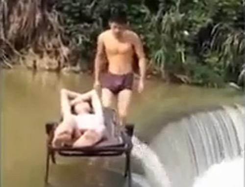 Kéo theo bạn xuống nước vì bị trượt chân - kéo bạn xuống nước, bị trượt chân