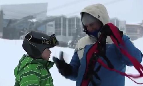 Cậu bé miễn cưỡng dạy ông bố trượt tuyết