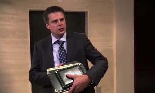 Người đàn ông lãnh đủ vì có hành động không đẹp khi chờ thang máy