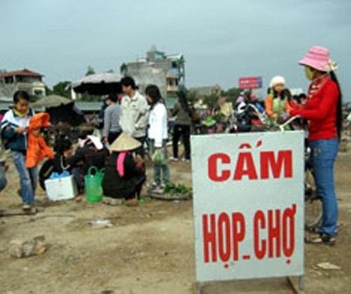 Nơi lý tưởng để họp chợ - biển cấm, biển cấm vô nghĩa, chỉ có ở Việt Nam, cấm gì làm nấy, biển cấm có cũng như không,