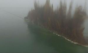 Trung Quốc dùng thuốc nổ thổi bay 3,7 km đê sông