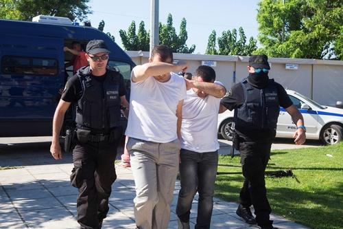 Cảnh sát Hy Lạp áp giải hai trong số 8 binh sĩ Thổ Nhĩ Kỳ tham gia đảo chính trốn sang nước này bằng trực thăng ở thành phố Alexandroupolis ngày