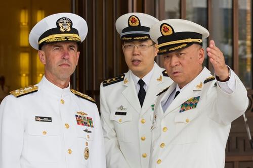 Đô đốc Ngô Thắng Lợi (phải) trong cuộc gặp với