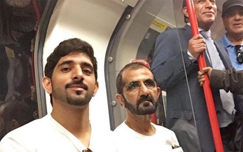 Hoàng tử Hamdan và Quốc vương Sheikh Mohammed bin Rashid trên một chuyến tàu điện ngầm ở London. Ảnh: Facebook